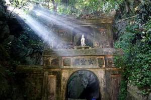 800px-Marble_Mountain_Gate,_Da_Nang